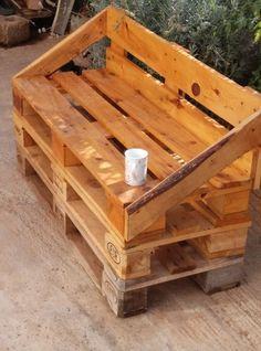 No te gastes mucho dinero decorando tu balcón. Con 4 pallets eres capaz de hacer este sofá tan chulo.