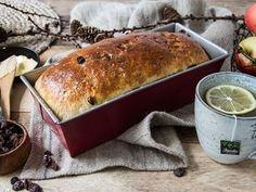 Saftig julebrød med rosiner Norwegian Food, Norwegian Recipes, Pan Bread, Christmas Brunch, No Bake Desserts, Cake Cookies, Hot Dog Buns, Sweet Tooth, Bakery