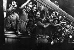 Columna anarquista Los Aguiluchos parten hacie el frente de Aragón. Estación del Norte (BCN) 28-8-36 Agustí Centelles