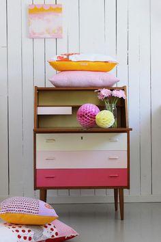 relooker des meubles, petite commode en belles couleurs