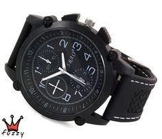 Ανδρικό ρολόι  σε μαύρο και λευκό χρώμα σε λιτή γραμμή με νούμερα στο εσωτερικό του. Λουράκι σε μαύρο χρώμα από σιλικόνη με λευκές ραφές. Καντράν 45 mm.