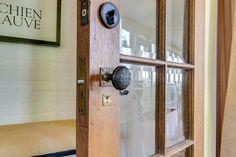 Vaste maison centenaire dominant un paysage bucolique de toute beauté à Sutton dans les Cantons-de-l'Est - Joli Joli Design Canton, Sconces, Door Handles, Wall Lights, Doors, Lighting, Design, Home Decor, Parking Space