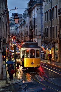 Lisboa -  Portugal um lugar encantador e charmoso, sua comida e fado, seus recantos e encantos.....um mar infinito...saudade que chega a doer.....