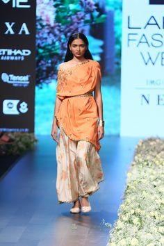 SVA by Sonam & Paras Modi at Lakmé Fashion Week summer/resort 2018 Bride Sister, Sister Wedding, Fashion Week 2018, Lakme Fashion Week, Trendy Sarees, Wedding Attire, Fashion Outfits, Womens Fashion, Indian Wear