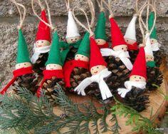 Vánoční+ozdoby+Vytvořeno+ze+šišek,+dřevěného+korálku+a+filcu.
