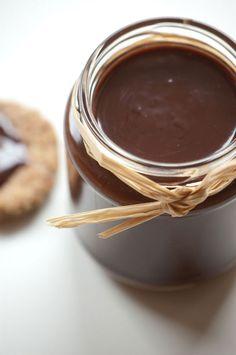 Hjemmelavet nutella - opskrift på det lækre chokolade pålæg Skal prøves. Kun chokolade, smør, fløde og salt.