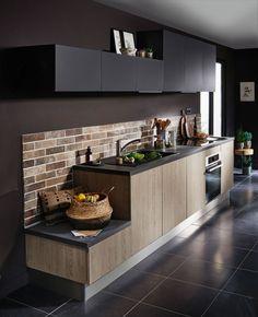 Minimalisme pour une cuisine noire et bois