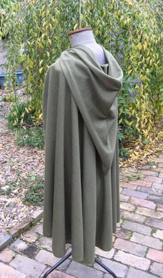 Lord of the Rings, Hobbit Fellowship Cloak! - I really like the hood on this one Hobbit Cosplay, Hobbit Costume, Steampunk Cosplay, Cool Costumes, Cosplay Costumes, Cosplay Ideas, Cloak Pattern, Hobbit Party, Fantasy Dress
