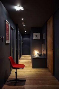 Une couleur gris soutenu pour un couloir théâtral - Peinture : la couleur foncée n'est pas triste ! - CôtéMaison.fr