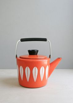 cathrine holm tea kettle / mid century orange lotus by ohalbatross Vintage Kitchen, 70s Kitchen, Kitchen Stuff, Happy Kitchen, Vintage Enamelware, Tea Service, Mid Century Modern Design, Ceramic Clay, Vintage Pottery