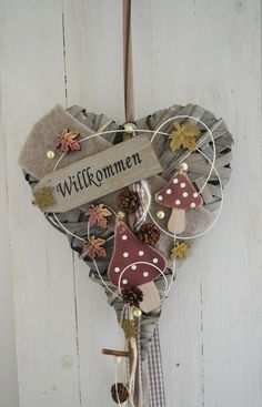 Hallo zusammen! Biete Euch hier ein schönes herbstlich dekoriertes Herz an. Kann sowohl als Wand- oder Türkranz benutzt werden. Herbstlich dekoriert mit Filzband, Holzblätter,...