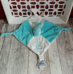 Doudou plat blanc bleu dauphin broderie bébé  noeuds attache tétine Rodadou Roda