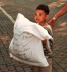 """Em 10 de Junho de 1997, antes de realizar o concerto da HIStory Tour em Amesterdã, Michael jogou um travesseiro pela janela do 'The Grand Hotel' para os fãs com a mensagem:   """"A luz do sol é um veneno para a minha pele. Por favor entendam. Amo vocês para sempre. Michael Jackson."""""""