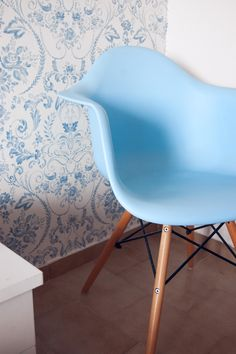 Interior love with this beautiful DAW chair. Totally obsessed with the paterns at our apartment at Corfu.