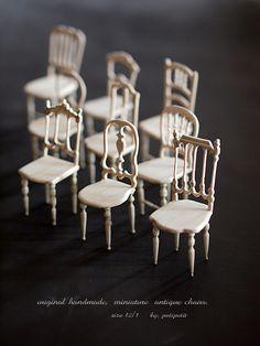 アンティーク風なミニチュアの椅子を9脚作りました。こんな感じかな?これはどうだろう?と作りながらすすめていくタイプのわたし。下書きをしても、最後は全く違う...