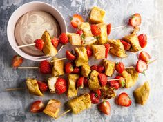 Köyhät ritarit vartaissa Tasty, Yummy Food, No Bake Desserts, French Toast, Strawberry, Food And Drink, Baking, Fruit, Breakfast