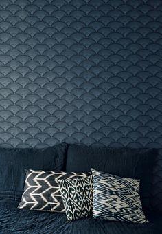 Elegant patterned wallpaper in the bedroom in blue tones.