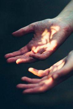 mãos abertas nunca estão vazias, nela se depositam o ar e a luz vitais