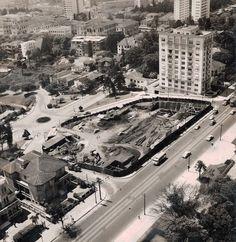 Início da construção da sede da avenida Paulista. O MASP foi inaugurado em 2.10.1947, na sede dos Diários Associados, na rua Sete de Abril, no centro de São Paulo. Em 1968, é transferido para o icônico prédio de Lina Bo Bardi, na Paulista. Foto de Luiz Hossaka, 1957, Arquivo MASP (via MASP - Museu de Arte de São Paulo Assis ChateaubriandANIVERSÁRIO DO MASP | 68 ANOS! | Facebook