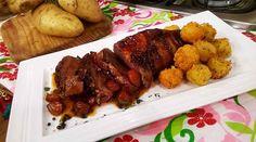 Colita de cuadril envuelta en panceta con croquetas de papa y salsa de ajos