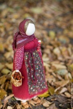 Купить или заказать Народная кукла 'Рябинка' в интернет-магазине на Ярмарке Мастеров. Кукла «Рябинка» Русская народная кукла Рябинка - символ женской мудрости, материнства, домашнего очага. Она связана с деревом рябиной. На Руси к дереву рябине относились с большим почитанием и зря не ломали, знали о ее обережных свойствах. Именины дерева праздновались четыре раза в год. Осенью, на четвертые именины, когда созревали плоды, в знак почитания ее, как оберега, делали большую праздни…