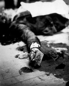 Mafia boss Joe Masseria lays dead on a Brooklyn restaurant floor holding the ace of spades.1931