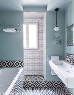 Salle de bain de couleur bleu pastel, blanc et noir, carrelage de style métro et carrelage noir et blanc graphique