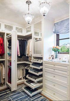 Vintage Eine typische Eigenschaft einer Boutique ist die sch ne attraktive Kleidung die zur Schau gestellt ist Begehbarer Kleiderschrank planen Ordnungssysteme