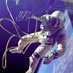 Edward White. La primera persona de la NASA en realizar una caminata espacial. 3 de junio de 1965.