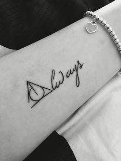 13 Harry Potter Tattoos (oder wie man etwas Magie auf der Haut trägt) - Harry Potter Tattoos Informationen zu 13 tatuajes de Harry Potter (o cómo llevar un poco de magia e - Mini Tattoos, Trendy Tattoos, New Tattoos, Tatoos, Cool Henna Tattoos, Harry Tattoos, Fandom Tattoos, White Tattoos, Word Tattoos