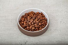Kaffee für den Morgenmuffel mit der Hario V60 · Berliner Speisemeisterei Dog Food Recipes, Ground Coffee, Pour Over Coffee, Light In The Dark, Household Products, Coffee Cups, Dog Recipes