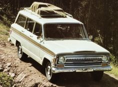 A new Wood Grain accessory package was available on the Custom Wagoneer model, featuring simulated wood grain exterior trim, a luggage rack, and other popular interior luxury options. (1972 model shown)