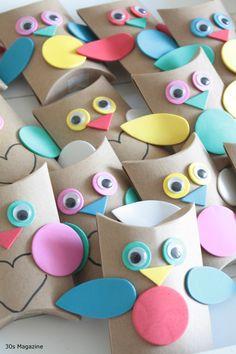cajitas de soubenier con rollos de papel en forma de buhos