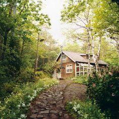 前回に引き続き『西の魔女が死んだ』の話題を。。。。。  ハーブを生活に取り入れているこの作品は、私のお気に入り映画のひとつとなっています。。。   このお家があばあさんのお家です♪  森の中にポッンとたたずむこのお家にワクワクした私です♪   ダイニングテーブルから見渡せる景色は心地の