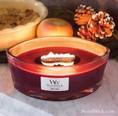 Une délicieuse odeur de pommes fraîches cuites au caramel et rehaussées d'une petite noix de beurre!  ( @woodwick_candles) ・・・ Apple Crisp! A delicious combination of fresh apple slices baked with caramel and topped with a buttery crumb crust   #apple #fall #candles #woodwick #pomme #tartepomme #applepie #woodwickcandle #pommedepain #pain #noel #christmas #bougie #bougieparfumee #cuisine #cooking #delicious #gourmandise #ellipse #soja #soywax