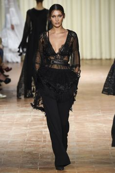Alberta Ferretti Spring 2017 Ready-to-Wear Fashion Show - Bella Hadid