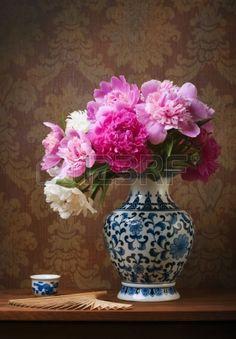 Naturaleza muerta con peon�as en un jarr�n chino photo