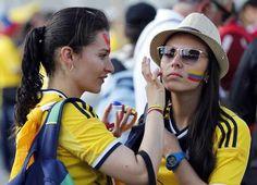 A Colômbia está no Grupo C da Copa do Mundo ao lado de Grécia, Costa do Marfim e Japão. Na próxima rodada (dia 19), os colombianos encaram a Costa do Marfim, às 13h, em Brasília. Os gregos, por sua vez, pegam o Japão.   Leia mais: http://extra.globo.com/esporte/copa-2014/torcedoras-colombianas-roubam-cena-no-mineirao-12860743.html#ixzz34e16fQ7E