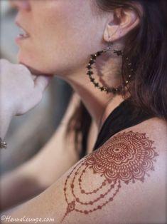 Jewelry style mehndi by www.hennalounge.com