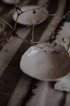 """Frauen helfen Frauen: mit dem Projekt CAREamics: Porzellanreste werden in Trendfarben eingefärbt und 50 des Verkaufes gehen an das Sozialprojekt """"Nurturing Uganda"""". Porzellan @textpoterie ab 8.3.2020 im Onlineshop www.textpoterie.at/shop  Foto: Anika Ecker @Herznsgschichtn Shops, Pottery Wheel, Uganda, Porcelain, Handmade, First Aid, Tents, Porcelain Ceramics, Hand Made"""