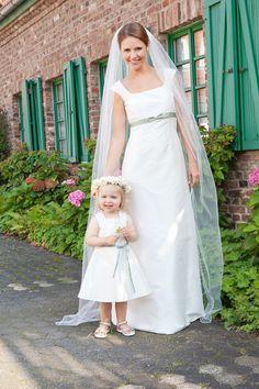 brautkleid mit betonung unter der brust, kleiner farbiger schleife und schleppe (http://www.noni-mode.de) elegant wedding dress with straps, green ribbon and small bow.