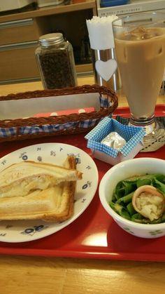 今日のお昼ごはんはホットサンドたまご味とアイスカフェオレいただいています。