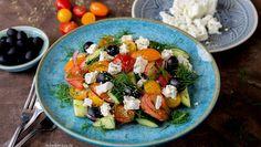 Schneller Tomatensalat mit Gurke, schwarzen Oliven & Feta