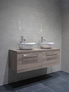 Landelijk badkamermeubel, meubel met waskommen badkamer Cement Bathroom, Double Vanity, Toilet, Luxury Bathrooms, Plaster, Plastering, Flush Toilet, Toilets, Double Sink Vanity