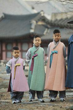 임창정 가족화보 Fashion Details, Look Fashion, Korean Fashion, Fashion Outfits, Korean Dress, Korean Outfits, Korean Traditional, Traditional Dresses, Modern Hanbok