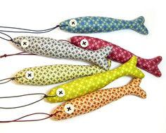 Portachiavi pesce. Ornamento brillante per tasti o manopole. Animale di peluche. Plushie ornamento. Tessuti di cotone colorato.