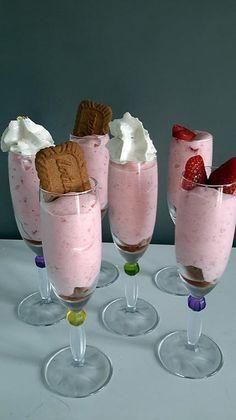 La meilleure recette de Mousse de fraises! L'essayer, c'est l'adopter! 5.0/5 (2 votes), 4 Commentaires. Ingrédients: 250 gr de fraises 60 gr de sucre 1 sachet de sucre vanillé 1 blanc d'œuf quelques spéculoos pour le croquant Mousse Dessert, Creme Dessert, Cold Desserts, Summer Desserts, Strawberry Mousse, Ganache, Thermomix Desserts, Food Gallery, Vegan Ice Cream