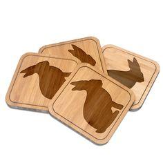 Untersetzer quadratisch Hase aus Bambus  Coffee - Das Original von Mr. & Mrs. Panda.  Diese quadratischen Untersetzer mit abgerundeten Kanten sind ein besonderes Highlight auf jedem Esstisch. Jeder Gläser Untersetzer wurde mit viel Liebe handgefertigt und alle unsere Motive sind mit besonders viel Hingabe von unserer Designerin gestaltet worden. Im Set sind jeweils 4 Untersetzer enthalten.    Über unser Motiv Hase  Hasen sind bei Kindern sehr beliebte Haustiere und auch auf Wiesen kann man…