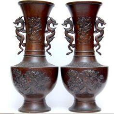 Par de vasos orientais em bronze medindo 36 cm de altur..
