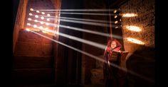 Um jovem monge lê com a ajuda de raios de luz que chegam a este templo de Mianmar, em foto de Marcelo Castro